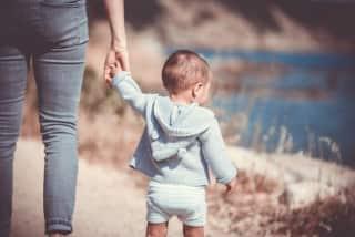 ouder met kindje aan de hand